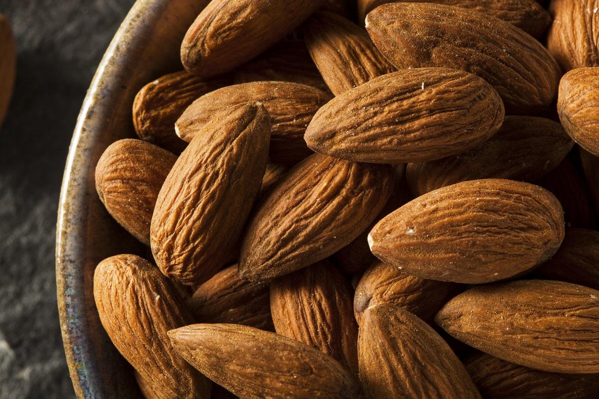 Бадеми. Енергия от 100 грама – 579 калории. Ядката от костилката на плода на бадемовото дърво. Силен антиоксидант. Богати на мононенаситени мастни киселини. Подобряват състоянието на сърдечно-съдовата система. Изключително полезна храна за диабетици. Богати са на витамин Е. Забавят процеса на стареене. Съдържат фосфор и магнезий, които помагат за заздравяването на костите. Коефициент на хранителна стойност – 97.