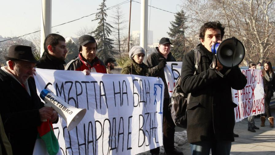 Над 1000 души протестираха срещу спрените влакове