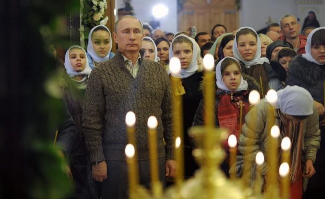 Путин присъства на рождественска литургия в църква в село Отрадное