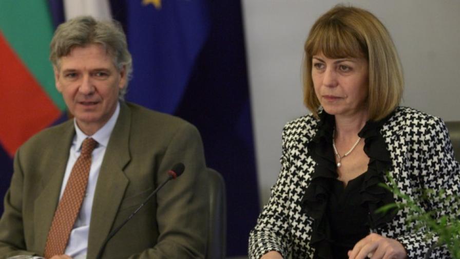 Посланикът на Швейцария в България Денис Кнобел и кметът на София Йорданка Фандъкова на днешната пресконференция