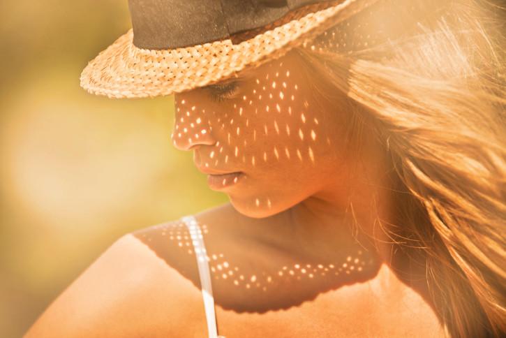Французойките внимават със слънцето. Няма да ги видите прегорели, нито да чакат на опашка пред солариум. Слънцето състарява кожата и те го знаят прекрасно.