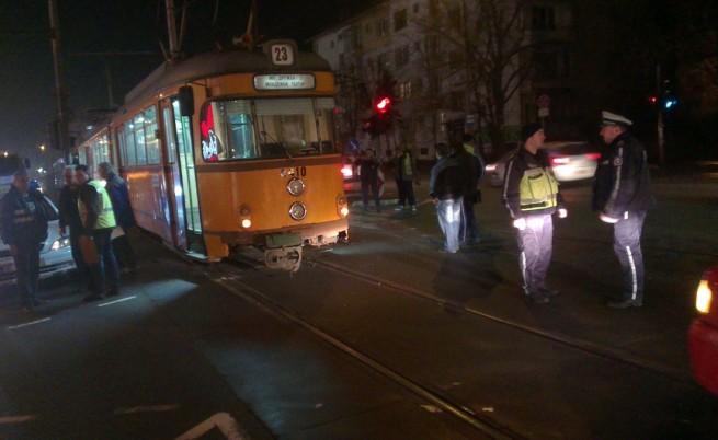 Трамвай блъсна двама души в София