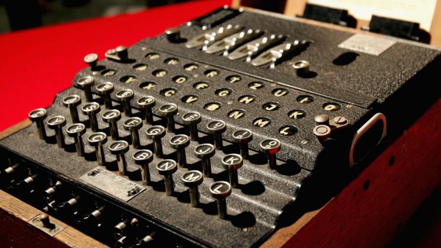 """Тюринг е математикът, който дешифрира секретния код на машината """"Енигма"""", ползвана от нацистите през Втората световна война"""