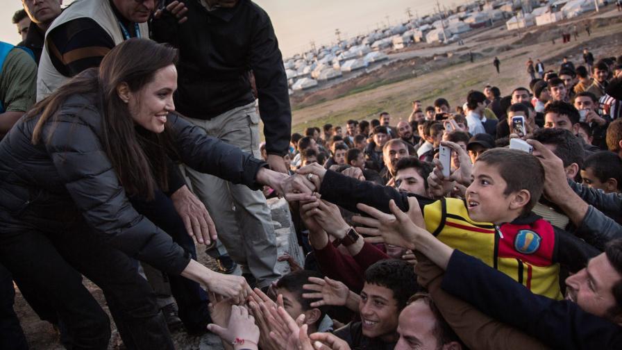 """Джоли посети жертви на """"Ислямска държава"""" в Ирак"""