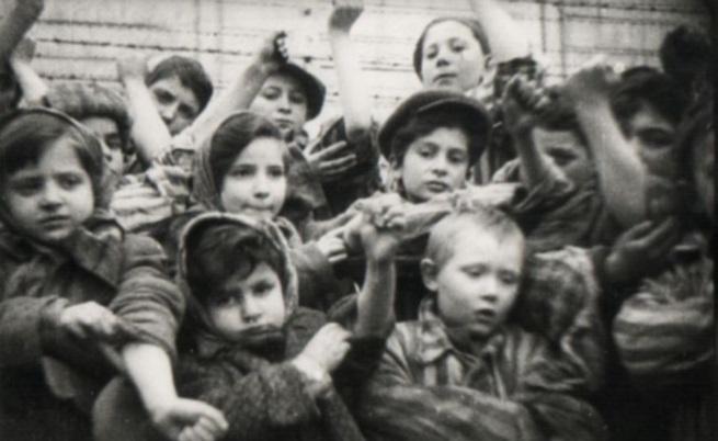 """Деца от """"Аушвиц"""" показват номерата на ръцете си на руснаците, освободили лагера"""