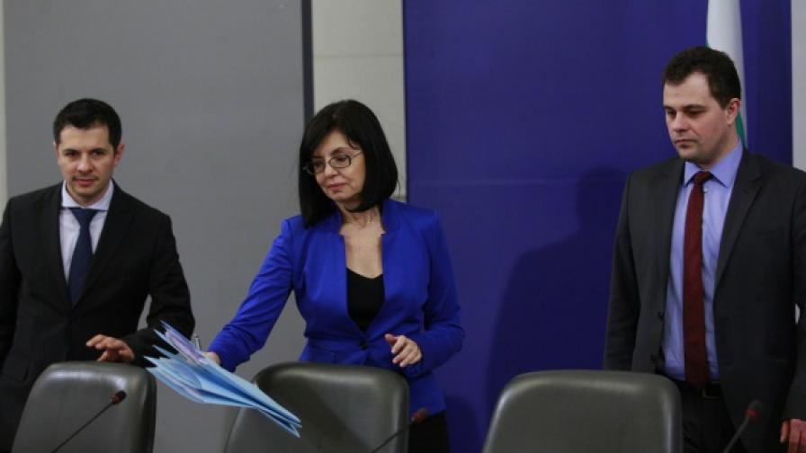 Вицепремиерът Меглена Кунева (ц.), зам.-министърът на правосъдието Петко Петков (д.) и зам.-министърът на вътрешните работи Филип Гунев (л.) дадоха брифинг в Министерски съвет във връзка с доклада на Европейската комисия по Механизма за сътрудничество и проверка