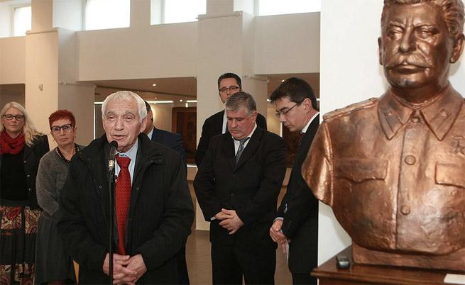 Желю Желев на изложбата, посветена на десталинизацията в България, която беше открита на 10.11.2014 г.