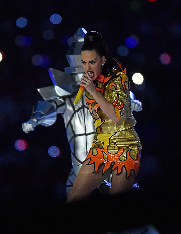 """В продължение на 12 минути Кейти Пери изправи на крака публиката на """"Супербоул"""", като на полувремето изпя най-големите си хитове. В шоуто се включиха още Лени Кравиц и Миси Елиът, а финалът по американски футбол между отборите на """"Ню Инглънд пейтриътс"""" и """"Сиатъл Сийхоукс"""" бе гледан от близо 110 млн. зрители."""