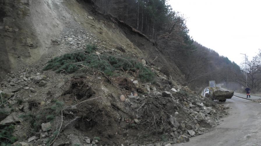 Свлачища блокираха пътища в Благоевградско