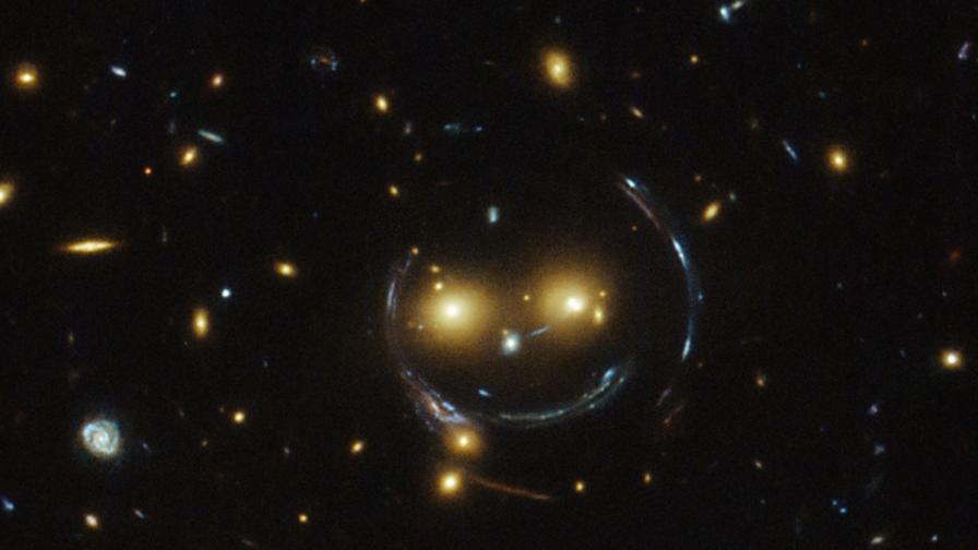 """""""Хъбъл"""" засне усмихнато космическо лице"""