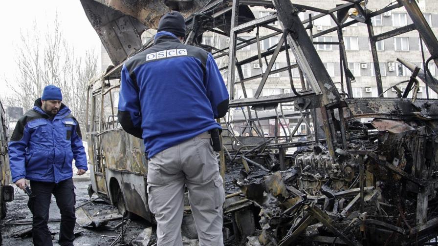 Служители на ОССЕ инспектират изгорял автобус при удара по автогарата в Донецк