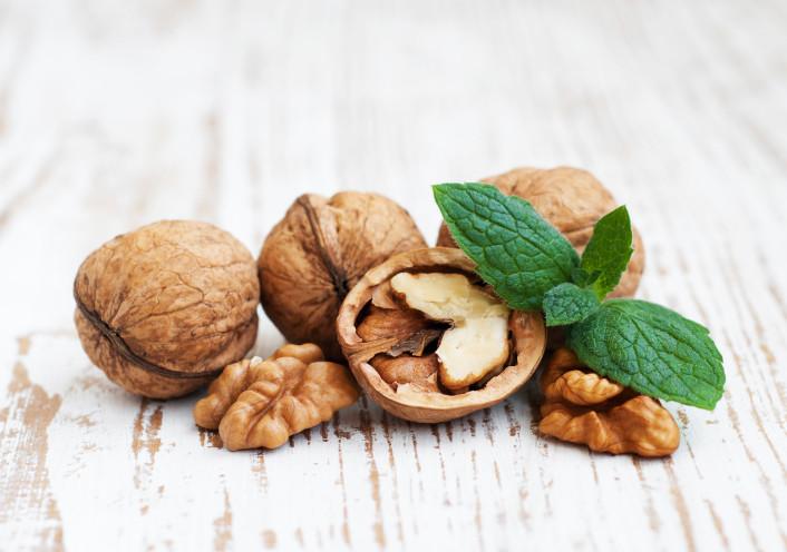 <p>Най-добрите ядки за сърцето: Орехи. Те съдържат най-високо количество алфа-линоленова киселина, която намалява възпалението и оксидацията на артериите, с което се подобрява значително тяхното здраве.</p>