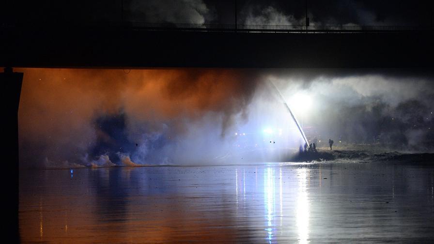 Огромен пожар горя на главния мост във Варшава