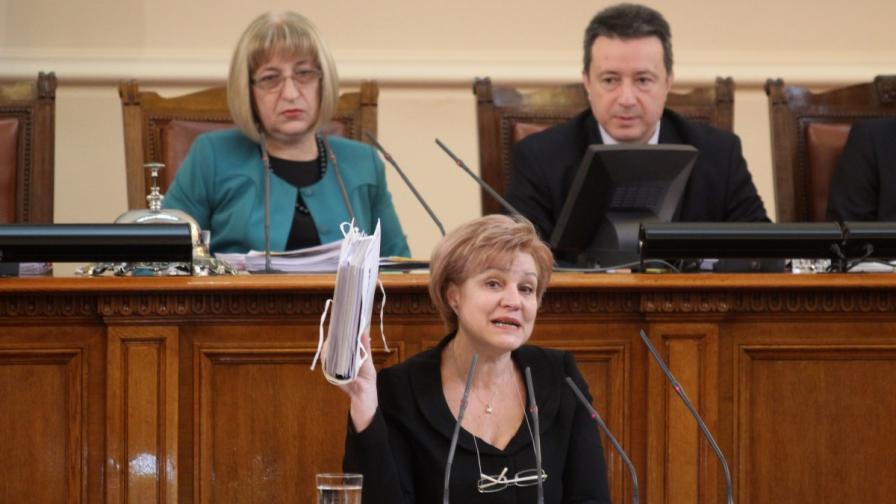 Менда Стоянова на трибуната в Народното събрание