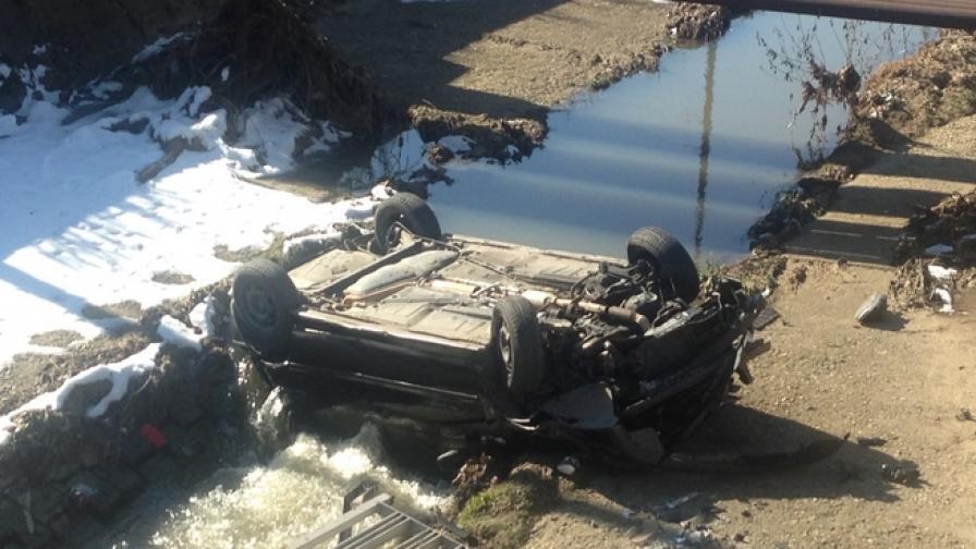 Автомобил изхвърча от пътя и падна в Перловска река