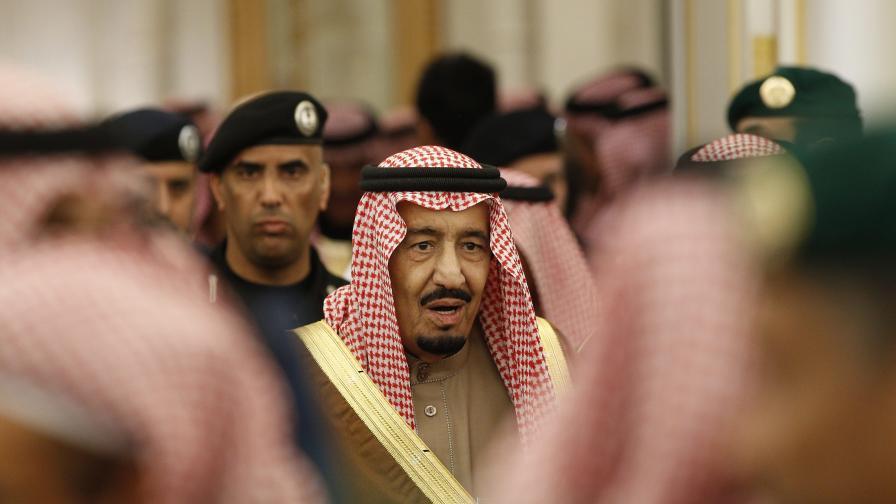 Саудитският крал пътува с 459 тона багаж. Вижте какво носи
