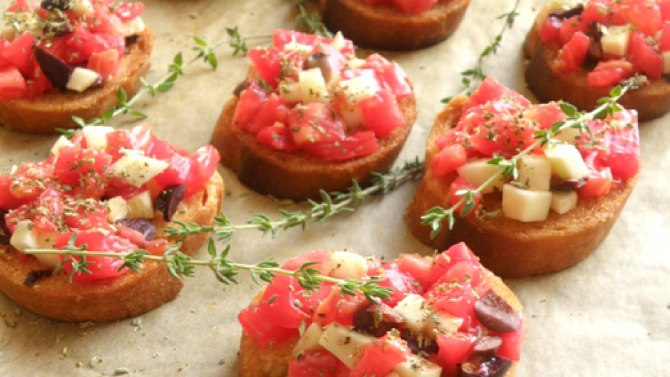 За постещи: чеснови брускети с домати, тиквички и маслини