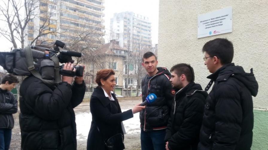 Ани Салич разговаря с кандидати да се обучават в IT центъра във Враца