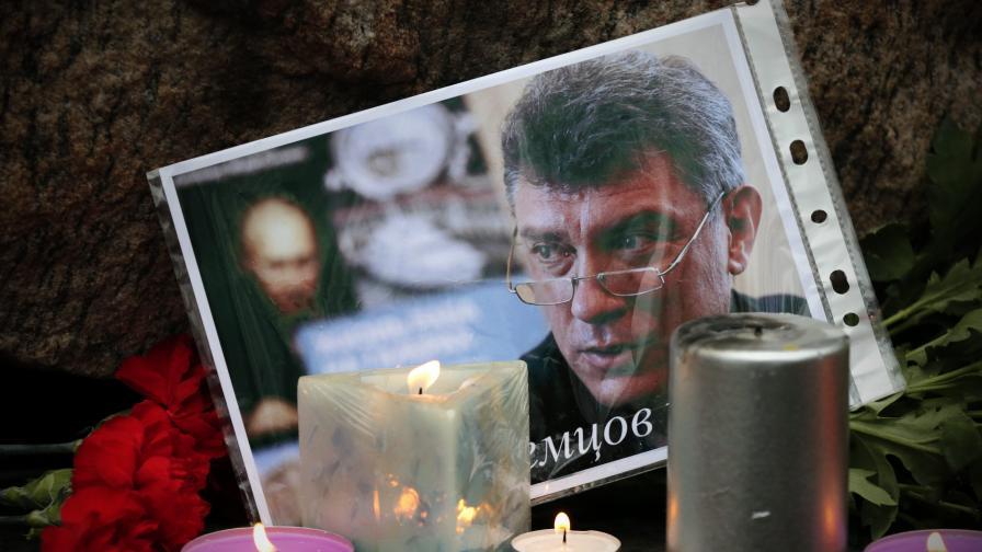 Московчани носиха цветя и свещи на мястото, където бе убит Немцов, през целия съботен ден