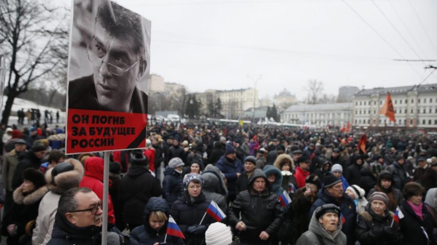 Десетки хиляди на шествието в памет на Немцов в Москва