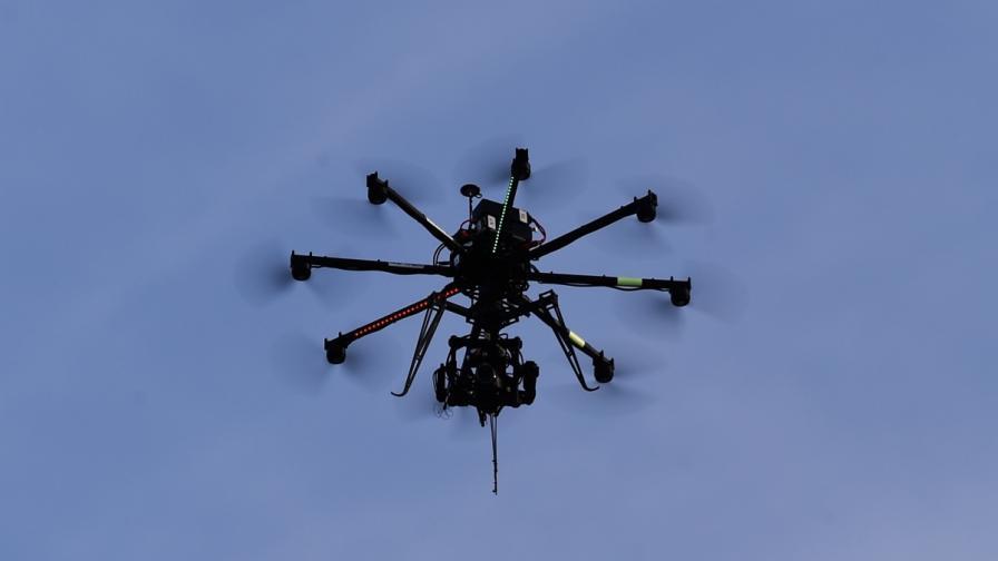 Глоба за журналиста, пуснал дрон над Париж