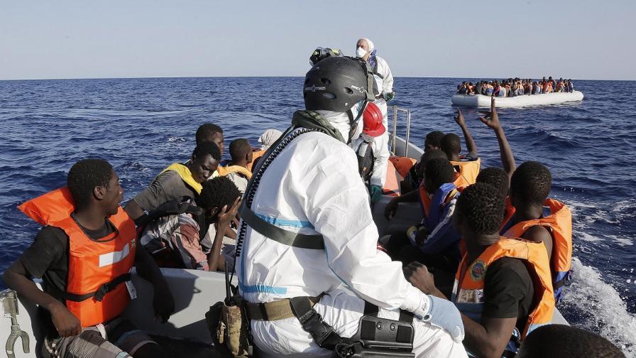 Спасиха около 430 имигранти в Средиземно море