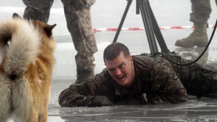 Американски вонен по време на учение в ледените води на езеро в Латвия