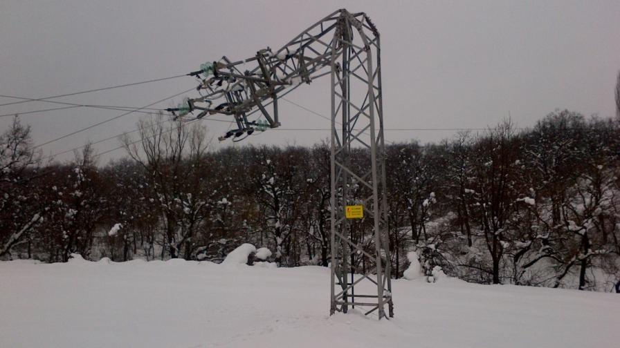 Прекършен стълб заради снега в Пловдив