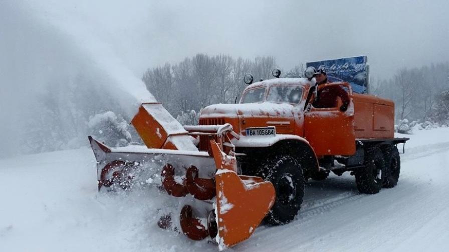 Бавно възстановяване след снега в Родопите