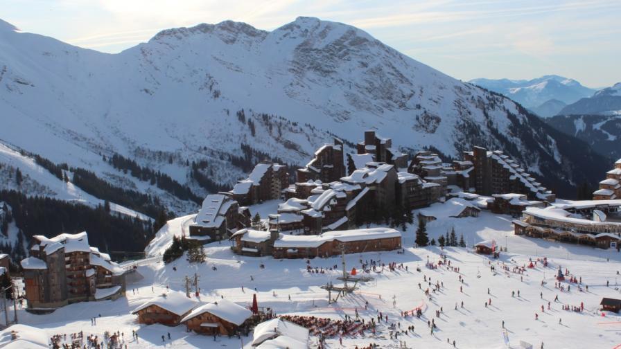 Скиорка в Алпите беше ударена от самолет