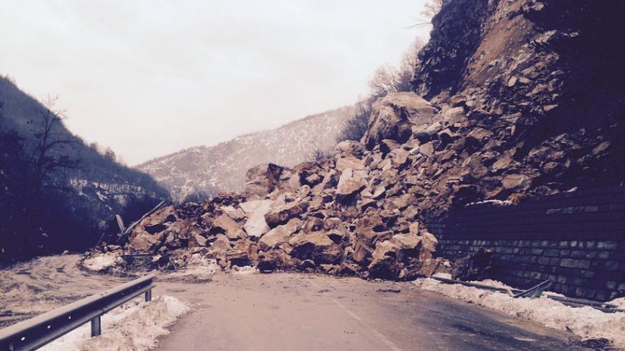 Пътят Асеновград-Смолян е затворен заради свлачища