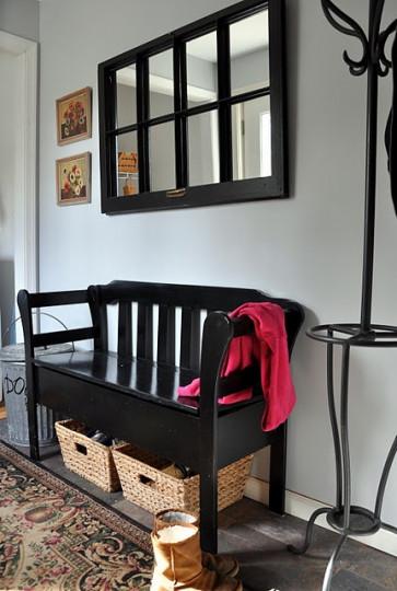 <p>&nbsp;Антрето - това е първото помещение, което гостите виждат, като влязат в дома ви. Затова то трябва да е добре подредено без разхвърлени обувки, чадъри, чанти и връхни дрехи и да има място, където гостите да оставят нещата си.</p>