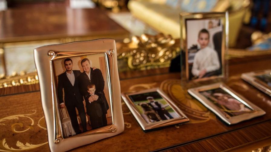 Семейни портрети на семейството на Янукович от вилата в Межигиря, край Киев
