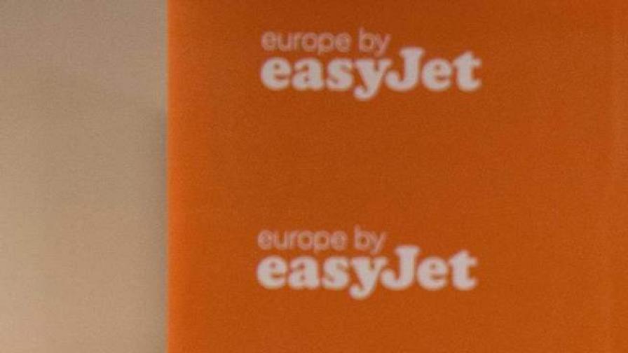 EasyJet въвежда задължително присъствие на двама в кабината