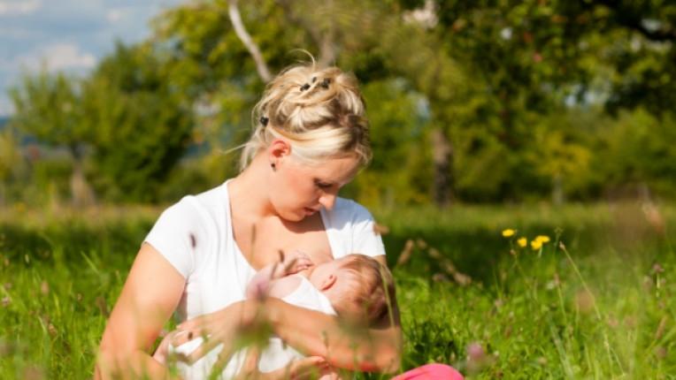 майка бебе поляна кърмене