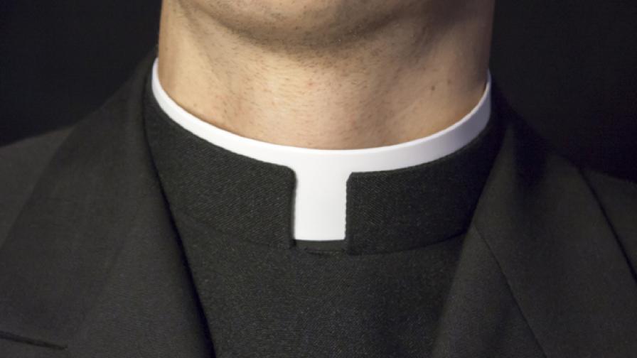 Хит в мрежата: Свещеник пее хит на Роби Уилямс като ангел (видео)