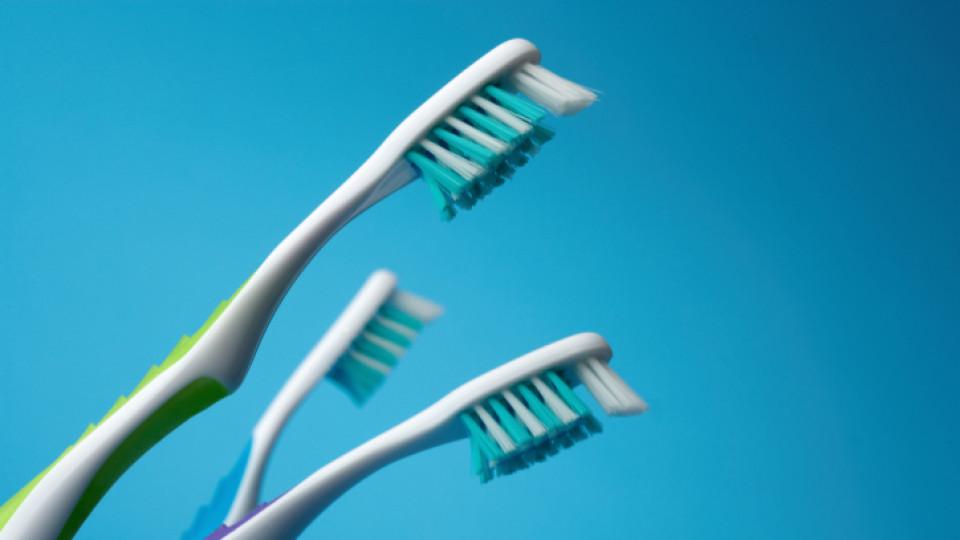 Приложение на четката за зъби извън банята