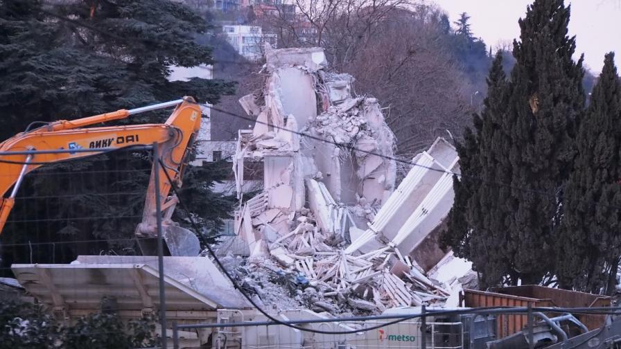 Продължава издирването на работници под падналия хотел