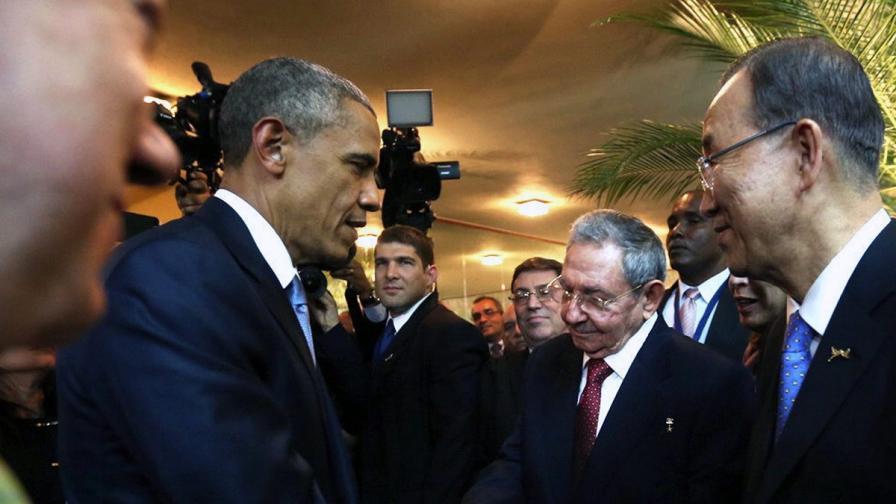 Барак Обама и Раул Кастро стиснаха ръце в Панама