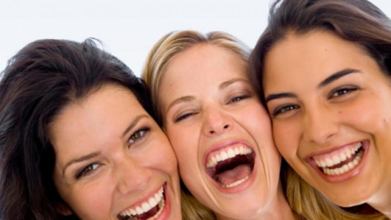 жена усмивка живот
