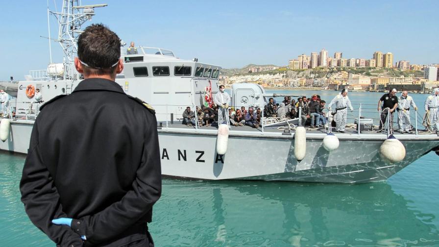 Мигранти са били убити в религиозен сблъсък на лодка за Италия