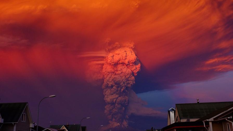 В Чили изненадващо изригна вулкан, властите обявиха червен код за опасност