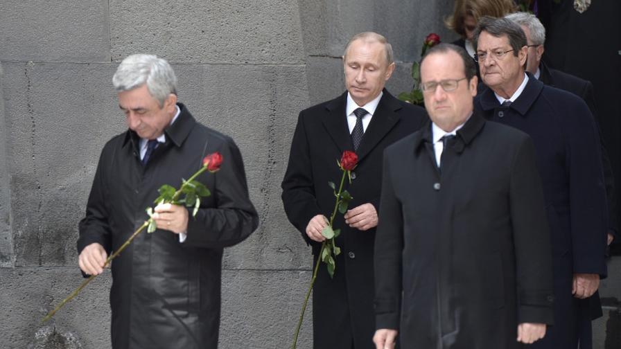 Арменският президент Серж Саркисян (вляво), Владимир Путин (на заден план) и Франсоа Оланд