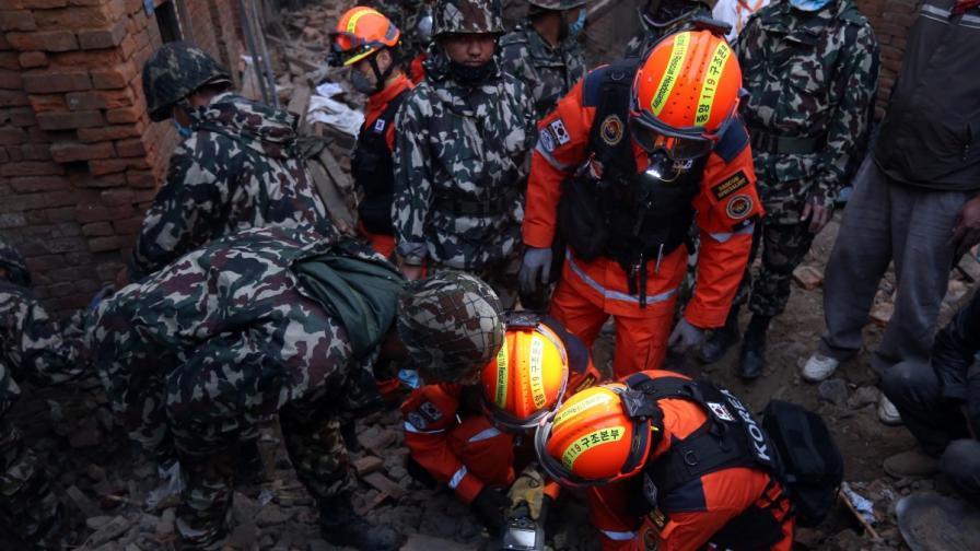 Непал: Намериха жив мъж под руините 80 ч. след труса