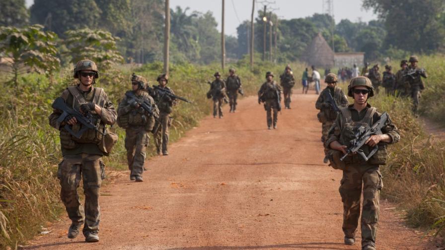 Разследват дали френски войници са насилвали деца в ЦАР