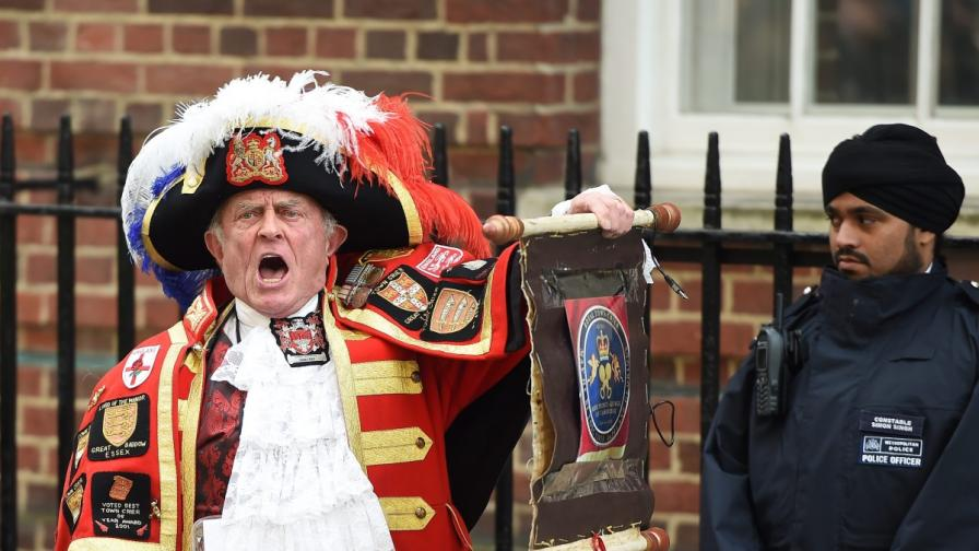 """Дворцов глашатай обяви пред болницата """"Сейнт Мери"""" раждането на кралското бебе"""
