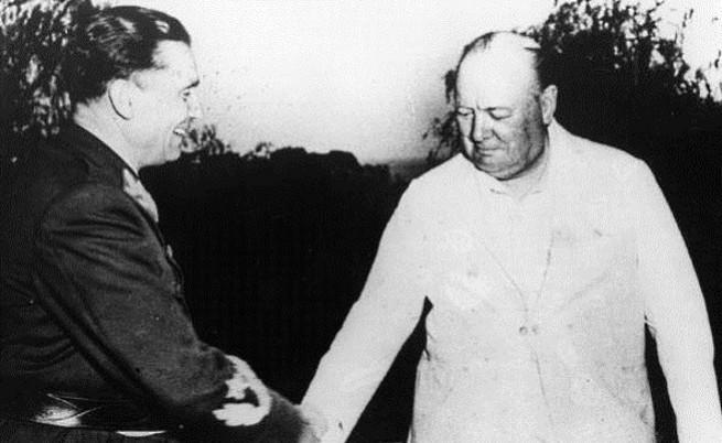 Йосип Броз Тито (вляво) и Уинстън Чърчил през 1944 г.