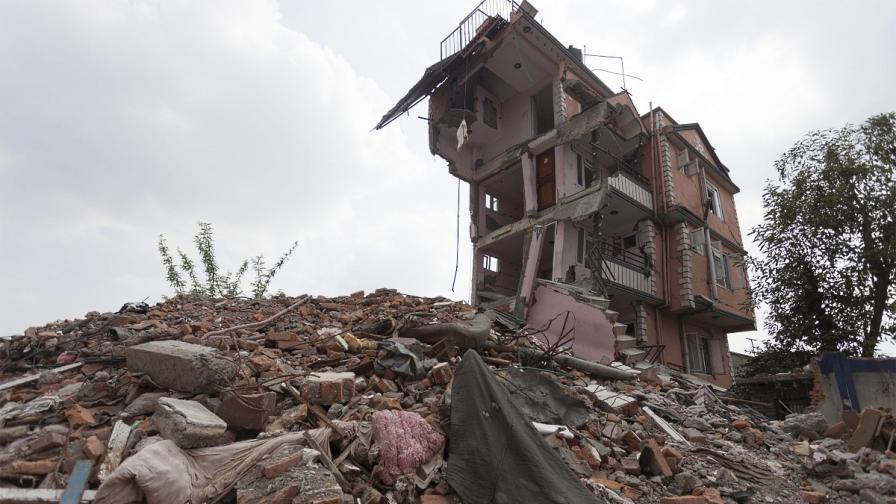 В Непал започнаха евакуации след падането на нови лавини