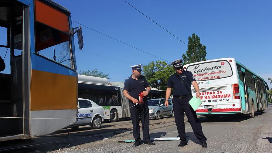 Трамвай и автобус се удариха, петима са ранени