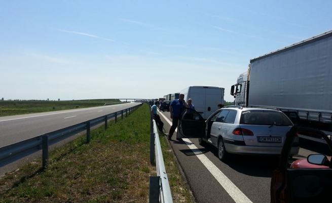 Дълга колона от автомобили се е образувала заради катастрофаta между Стара и Нова Загора